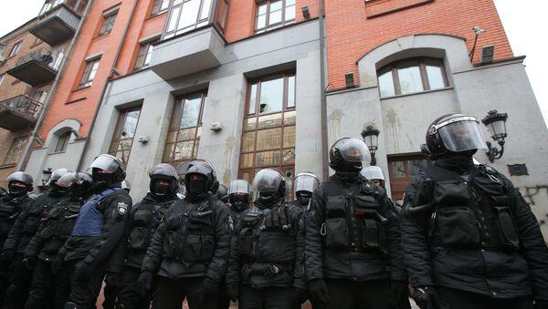 Pripadnici interventne policije ispred zgrade Rossotrudničestva u Kijevu tokom napada ekstremista - Sputnik Srbija