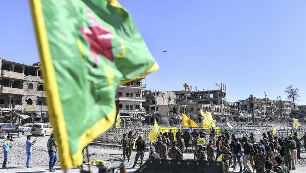 Борци сиријских курдских народних заштитних јединица окупљају се на тргу Ел Наим у Раки - Sputnik Србија
