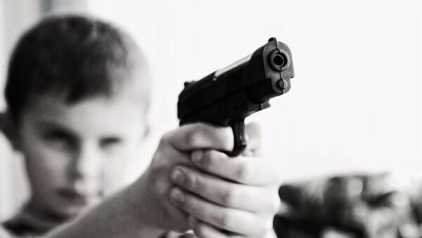 Dečak sa pištoljem - Sputnik Srbija