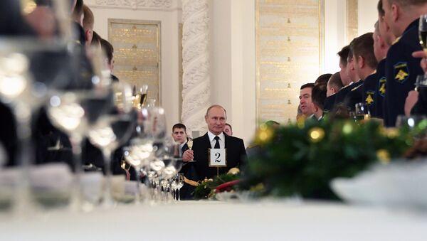 Predsednik Rusije Vladimir Putin sa vojnicima koji su učestvovali u vojnoj operaciji u Siriji - Sputnik Srbija