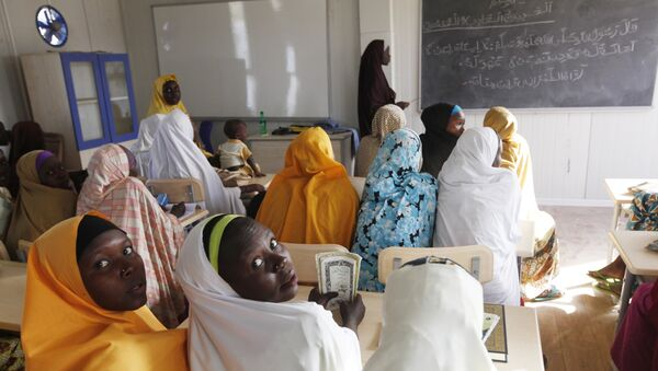 Деца коју је Боко Харам раселио током напада на њихова села на предавању у школи у Маидугурију у Нигерији 7. децембра 2015.. - Sputnik Србија