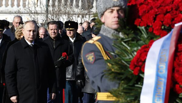 Ruski predsednik Vladimir Putin pokraj Spomenika neznanom junaku - Sputnik Srbija