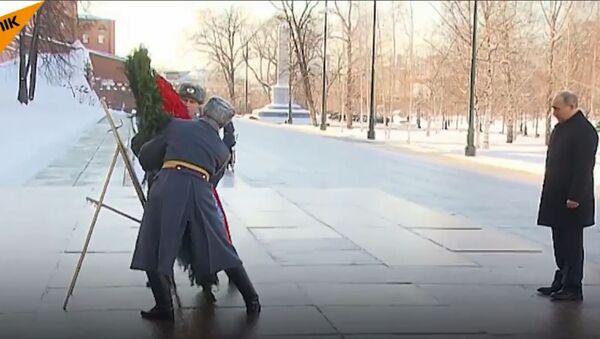 Vladimir Putin na Dan zaštitnika otadžbine položio venac na Spomenik neznanog junaka. - Sputnik Srbija