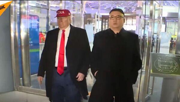 Двојници Доналда Трампа и Ким Џонг Уна опет су шетали олимпијским Пјонгчангом. - Sputnik Србија