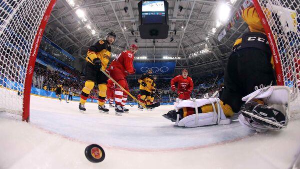 Репрезентација Олимпијских спортиста из Русије постиже гол на хокејашкој утакмици против Немачке у финалу Олимпијских игара у Пјонгчангу - Sputnik Србија