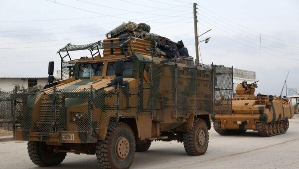 Оклопна возила и тенкови турске војске пролазе кроз Баб ел Саламах прелазећи границу између Сирије и Турске на северу провинције Алеп - Sputnik Србија
