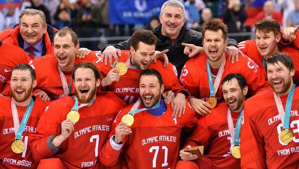 Руски хокејаши са златним медаљама након победе у финалу турнира на Зимским олимпијским играма у Пјонгчангу - Sputnik Србија