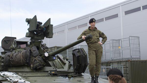 Жене војници поред оклопног возила на полигону у северној Норвешкој - Sputnik Србија