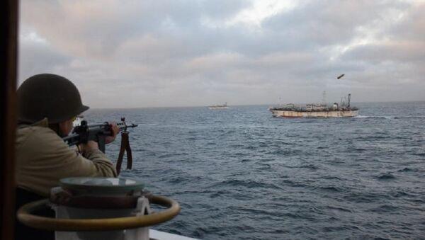 Vojnik puca na kineski brod Jing juna 626 u arentinskim teritorijalnim vodama. - Sputnik Srbija