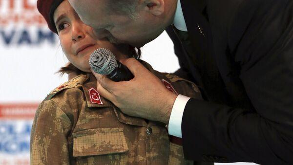 Турски председник Реџеп Тајип Ердоган и уплакана петогодишња девојчица у униформи - Sputnik Србија