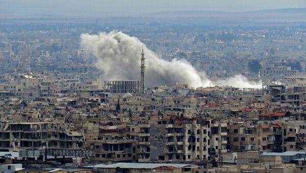 Dim se vije u predgrađu Damaska Istočnoj Guti koju kontrolišu teroristi - Sputnik Srbija