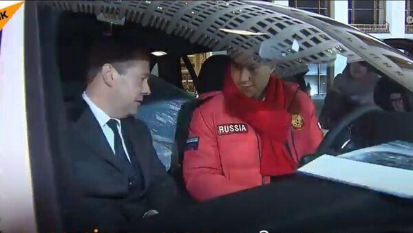 Руски премијер Дмитриј Медведев предао кључеве аутомобила БМВ  руским олимпијцима освајачима медаља - Sputnik Србија