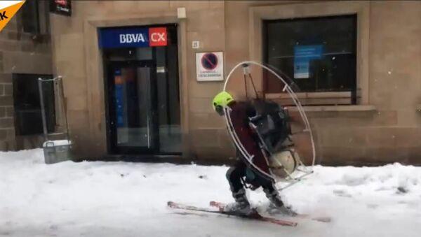Skijaš iz Španije  stavio je na leđa propeler i provozao se ulicama Ljeide - Sputnik Srbija