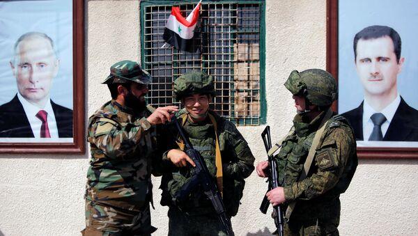 Sirijski i ruski vojnici na kontrolnom punktu u blizini logora Vafiden u Damasku - Sputnik Srbija