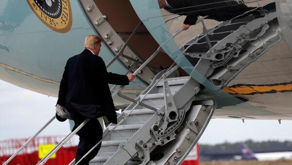Predsednik SAD Donald Tramp ukrcava se u predsednički avion - Sputnik Srbija
