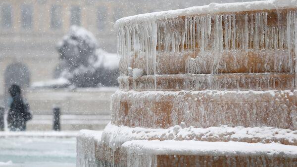 Ledenice na fontani na Trgu Trafalgar u Londonu - Sputnik Srbija