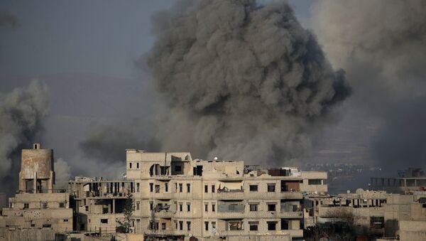 Dim se vije u Istočnoj Guti u predgrađu Damaska - Sputnik Srbija