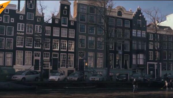 Stanovnici Amsterdama se voze po zamrznutim kanalima na klizaljkama - Sputnik Srbija
