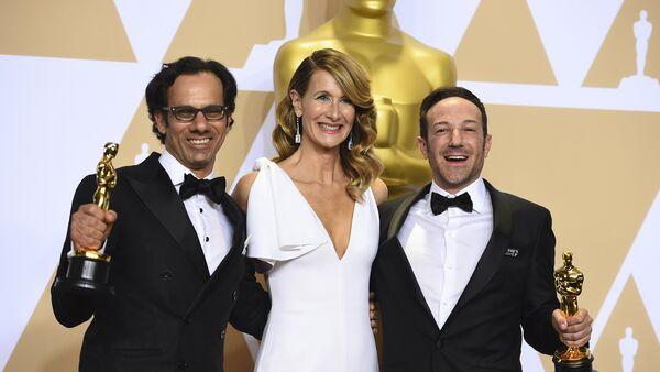 Водитељка Лора Дерн позира са Деном Коганом и Брајаном Фогелом, добитницима Оскара за најбољи документарни филм Икар - Sputnik Србија