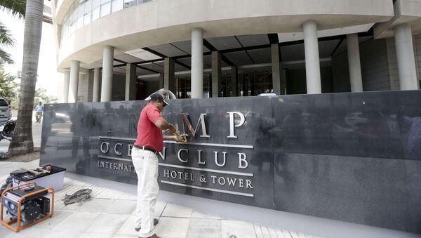 Radnici skidaju ime Trampa sa hotela - Sputnik Srbija
