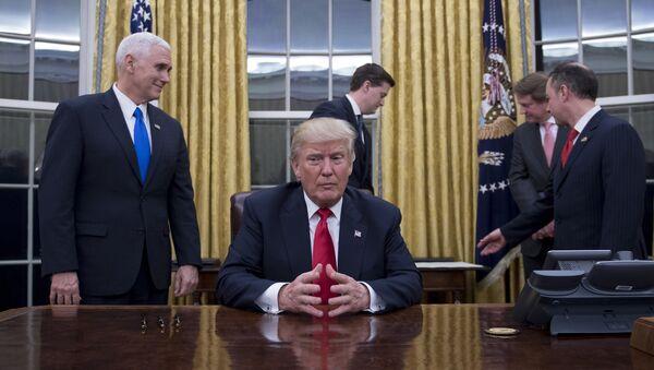Potpredsednik SAD Majk Pens, predsednik SAD Donald Tramp, šef osoblja Rins Pribus, šef kabineta Bele kuće Džon Keli i direktor Pentagona Džejms Matis u Ovalnom kabinetu Bele kuće - Sputnik Srbija
