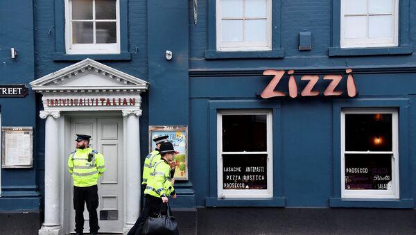 Британски полицајци испред ресторана испред кога су пронађени бивши руски обавештајац Сергеј Скрипаљ и његова ћерка - Sputnik Србија