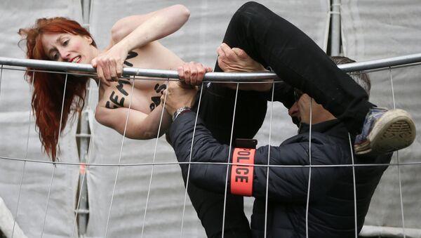 Активисткиња Фемена протестује против Марин ле Пен у Француској. - Sputnik Србија