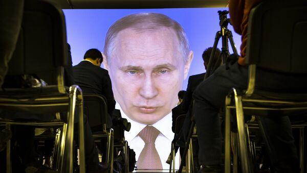 Novinari slušaju govor predsednika Rusije Vladimira Putina u Moskvi - Sputnik Srbija