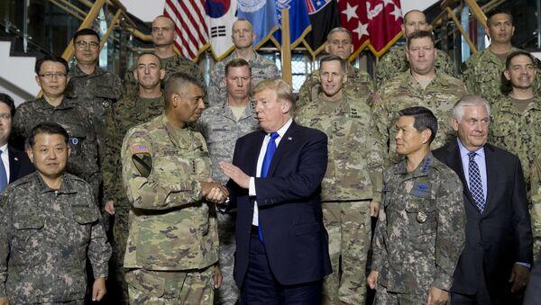 Доналд Трамп и Рекс Тилерсон са Америчким војницима у Јужној Кореји. - Sputnik Србија