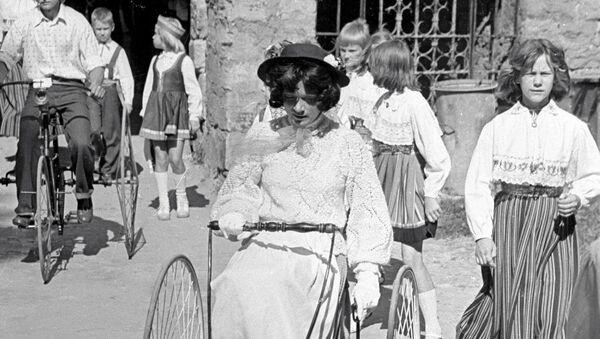 Učesnica relija Bela dama vozi damski bicikl - Sputnik Srbija