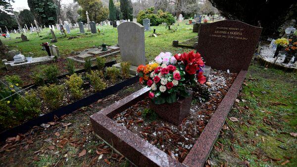 Grob Ljudmile Skripalj, supruge bivšeg pukovnika GRU Sergeja Skripalja na groblju u Salsberiju - Sputnik Srbija