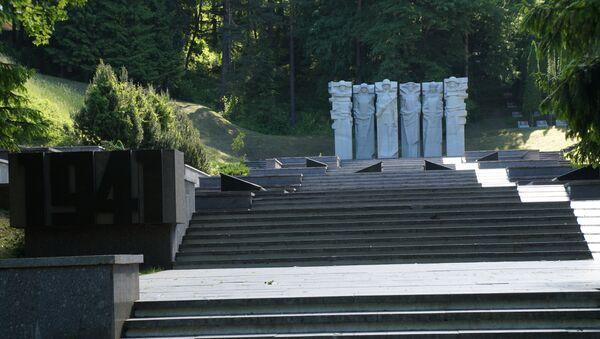 Споменик војницима Црвене армије на гробљу Антакалнис у Вилњусу - Sputnik Србија