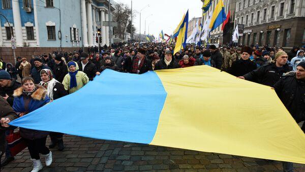 Присталице Скашвилија током протестне шетње носе заставу Украјине - Sputnik Србија