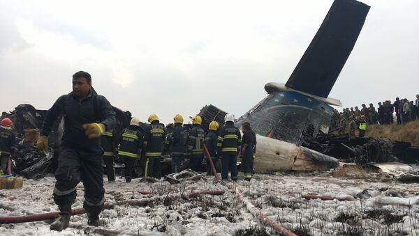 Spasioci rade na mestu pada aviona u Nepalu - Sputnik Srbija