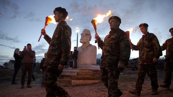 Pripadnici teroritičke organizacije OVK ispred spomenika Adema Jašarija - Sputnik Srbija