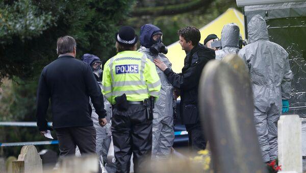 Pripadnici britanske policije tokom istrage trovanja bivšeg pukovnika GRU Sergeja Skripalja u Salsberiju - Sputnik Srbija