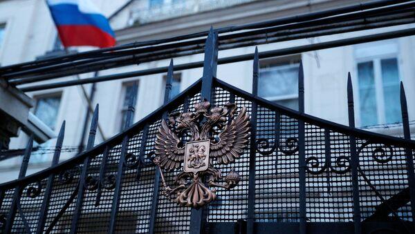 Zastava Rusije na ambasadi Rusije u Londonu - Sputnik Srbija