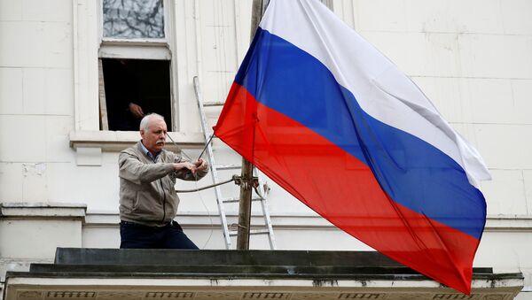 Скидање заставе Русије са зграде руске дипломатске мисије у Лондону - Sputnik Србија