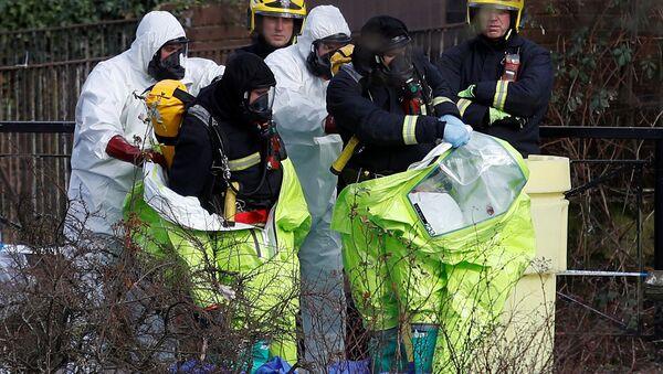 Službenici u zaštitnoj odeći premeštaju forenzički šator, pokrivajući klupu na kojoj su pronađeni Sergej Skripalj i njegova ćerka Julija, u centru Solsberija u Velikoj Britaniji, 8. marta 2018. godine - Sputnik Srbija