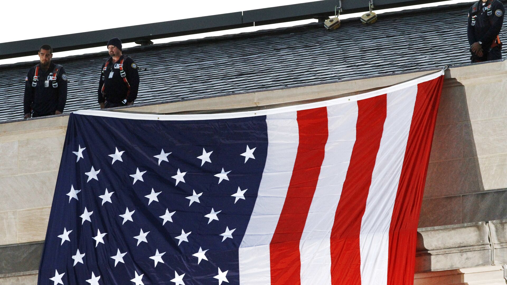 Vojnici na zgradi Pentagona i zastava Amerika - Sputnik Srbija, 1920, 08.09.2021