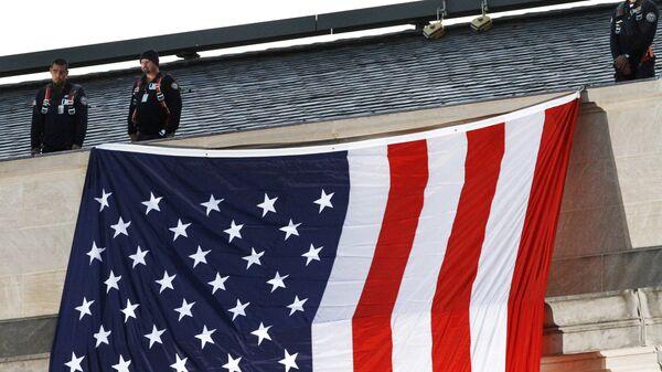 Vojnici na zgradi Pentagona i zastava Amerika - Sputnik Srbija