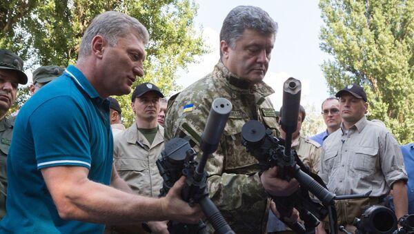 Predsednik Ukrajine Petro Porošenko  u uniformi - Sputnik Srbija