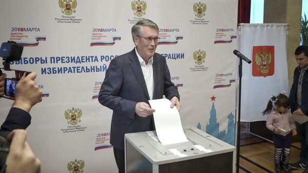 Ambasador Čepurin glasa na predsedničkim izborima 2018. u Ambasadi Rusije u Beogradu - Sputnik Srbija