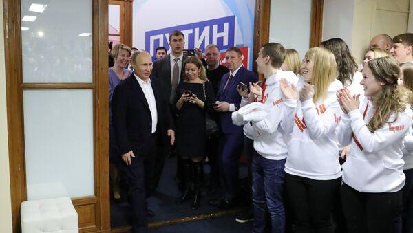 Vladimir Putin u svom izbornom štabu - Sputnik Srbija