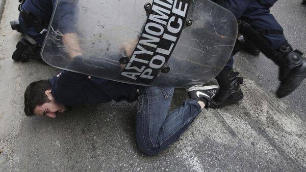 Специјалци се сукобљавају са демонстрантима - Sputnik Србија