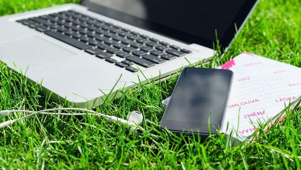 Телефон и лаптоп на трави - Sputnik Србија