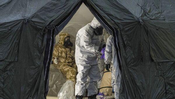 Припадници британске војске у заштитној одећи истражују место тровања бившег пуковника ГРУ Сергеја Скрипаља у Солсберију - Sputnik Србија