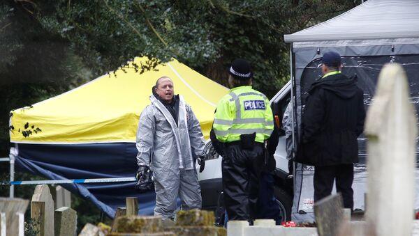 Pripadnici hitnih službi i policije tokom istrage trovanja bivšeg pukovnika GRU Sergeja Skripalja u britanskom Solsberiju - Sputnik Srbija