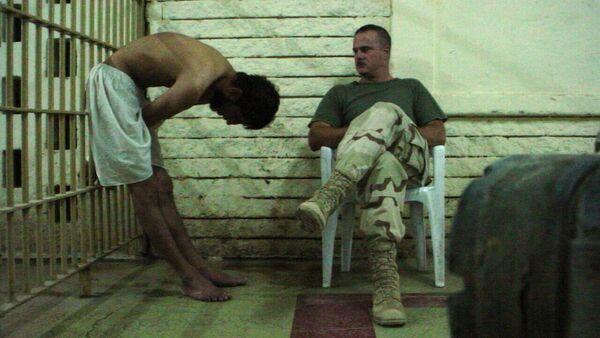 Амерички војник посматра заробљеника у ирачком затвору Абу Грејб - Sputnik Србија
