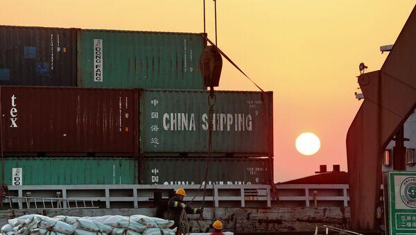 Radnici istovaruju kontejnere sa teretnih brodova u kineskoj luci Nantong - Sputnik Srbija